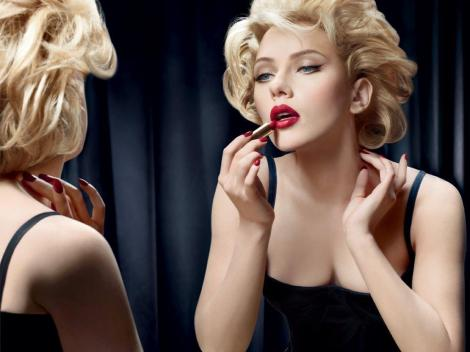Applying_Lipstick