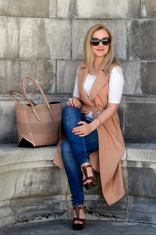 LifestyleFashionista - sleeveless coat